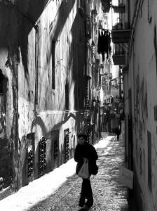 La Napoli dei vicoli con donna