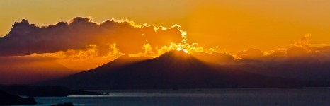 L'alba del Vesuvio. Napoli e Ischia foto.