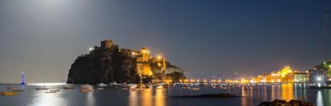 luna piena sul castello aragonese